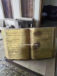 Monumen tugu kuningan tembaga