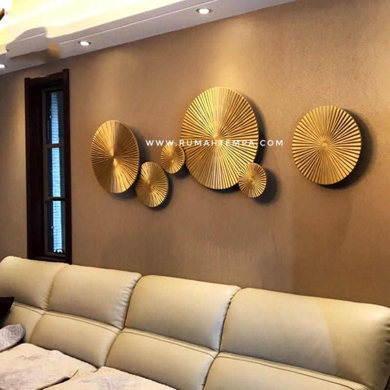 hiasan dinding logam kuningan