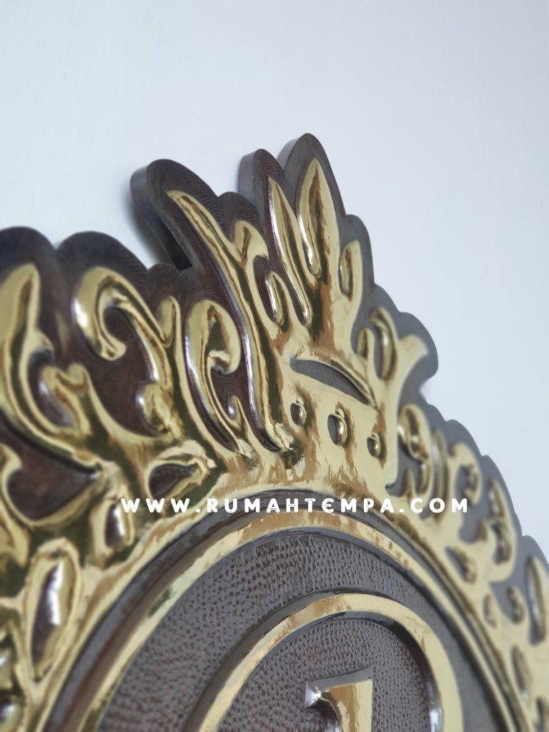 detail ukiran logo kuningan