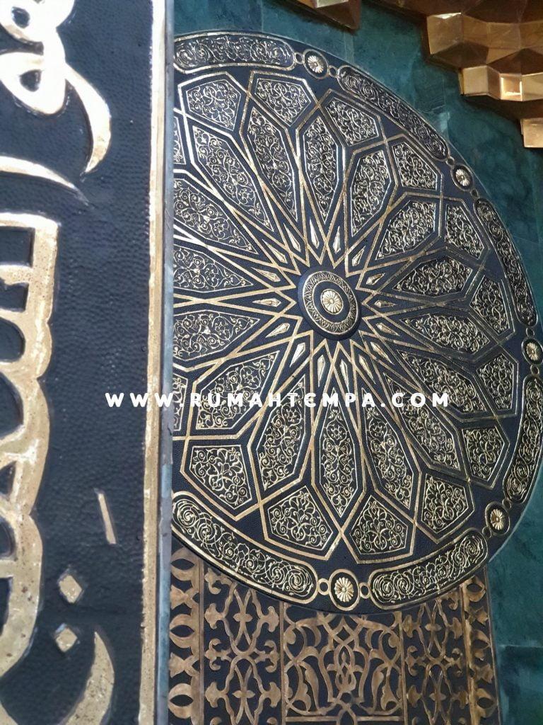 mihrab kaligrafi kuningan