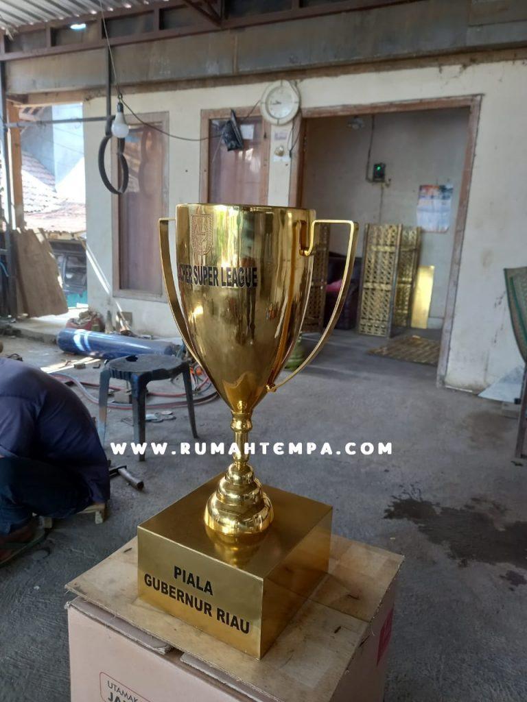 Pengrajin Piala Kuningan